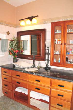 The second bedroom suite's bathroom has, like the rest of the home, elegant, high-quality fittings and materials.