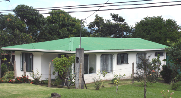 The home is conveniently located near the paved Tronadora road less than 15 minutes from Tilaran on the public bus route.