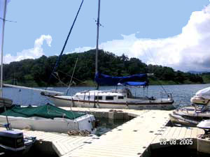 Rainbow Bay, on a cove near Nuevo Arenal, has a floating dock.