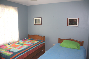 The bedroom with twin beds.
